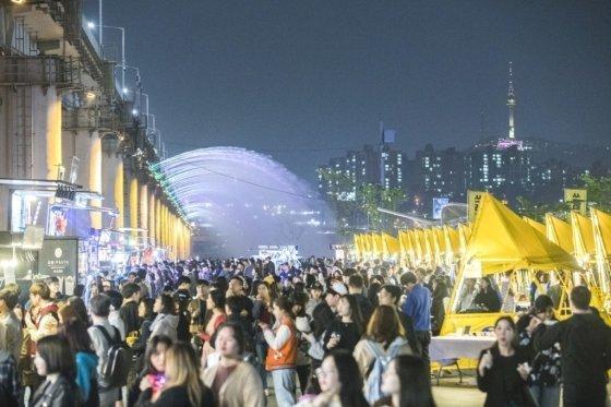 한국관광공사가 '야간관광' 기반 마련에 나선다. 사진은 서울 한강 밤도깨지 야시장에 모인 시민들의 모습. /사진=한국관광공사