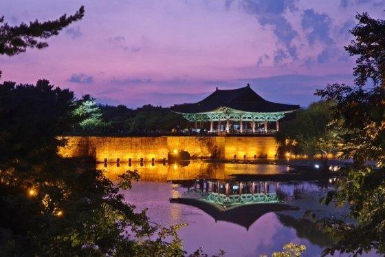 한국관광공사가 '야간관광 100선'에 선정한 동궁과 월지의 전경. /사진=한국관광공사