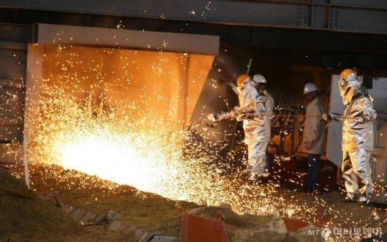 지난 28일 포스코 포항제철소 고로에서 현장 근로자들이 조업을 하고 있다./사진제공=포스코