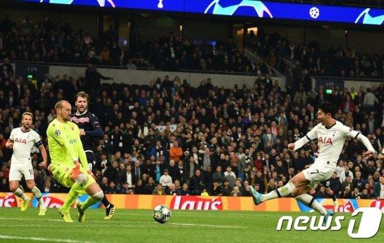 손흥민 선수가 지난해 10월22일(현지시간) 런던의 토트넘 홋스퍼 스타디움에서 열린 세르비아의 츠르베나 즈베즈다와의 UEFA 챔피언스리그 조별리그 B조 3차전 홈 경기에서 팀의 3번째 골을 성공시키고 있다. 삼성전자의 이미지센서 '아이소셀 GN1'이 탑재된 스마트폰이 출시되면 축구경기에서 이런 역동적인 장면을 DSLR(전문가용 렌즈 착탈식) 카메라가 아닌 스마트폰으로도 촬영할 수 있게 된다. /런던AFP=뉴스1