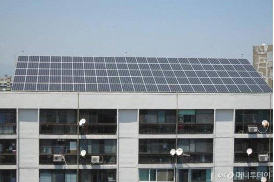 임대아파트단지에 설치하는 태양광발전장치./사진=머니투데이 DB