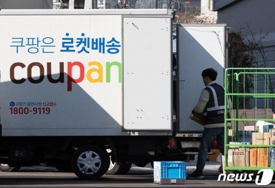 서울 시내의 쿠팡 캠프에서 배송 기사들이 배송준비 작업을 하고 있다. 2020.3.16/사진=뉴스1