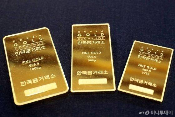 최근 6년동안 최고가를 경신하며 금값이 상승세를 타는 가운데 지난해 9월3일 오후 서울 강남구 청담동 한국금거래소 강남본점에서 골드바를 선보이고 있다. /사진=임성균 기자