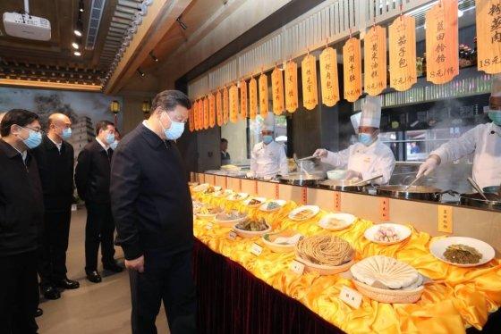 [시안=신화/뉴시스]시진핑 중국 국가주석이 22일(현지시간) 중국 산시성 시안의 한 상가를 방문해 둘러보고 있다. 시 주석은 신종 코로나바이러스 감염증(코로나19) 이후 조업을 재개한 시안을 찾아 경기 회복과 시민 생활을 살피고 독려했다. 2020.04.23.