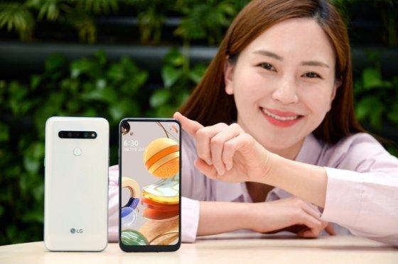 LG전자가 이달 29일 실속형 스마트폰 'LG Q61'을 출시한다. 모델이 LG Q61을 소개하고 있다. /사진=LG전자