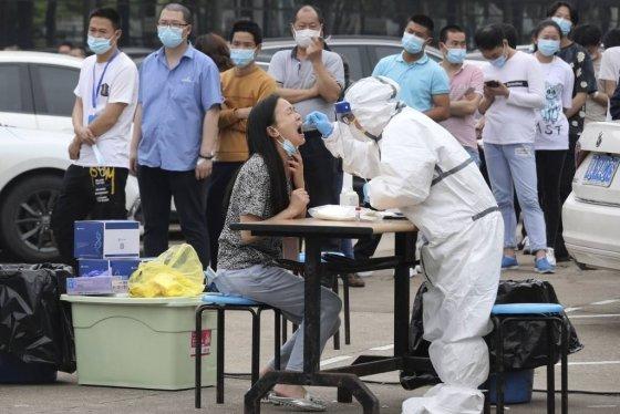 [우한=AP/뉴시스]중국 후베이성 우한시에 있는 한 공장에서 15일 노동자들이 신종 코로나바이러스 감염증(코로나19) 검사를 받고 있다.2020.05.19.