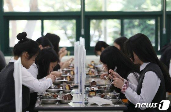 고등학교 3학년 학생들의 등교 개학이 시작된 지난 20일 울산 중구 함월고등학교에서 학생들이 칸막이가 설치된 급식실에서 점심을 먹고 있다. 2020.5.20/뉴스1 © News1 윤일지 기자