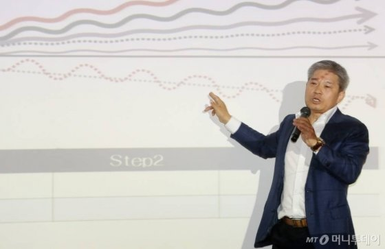 강방천 에셋플러스 자산운용 회장이 2014년 머니투데이 '투자콘서트'에서 강연하는 모습. / 사진=이동훈 기자 photoguy@