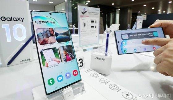 삼성전자가 '갤럭시노트 10'을 공개한 8일 서울 중구 삼성본관빌딩 삼성 모바일스토어에서 시민들이 제품을 체험하고 있다./사진=김휘선 기자