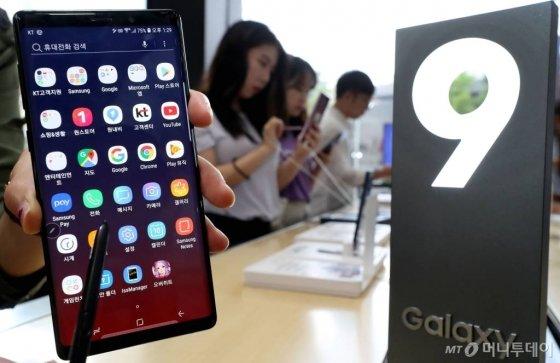 2018년 8월 서울 광화문 KT 올레스퀘어를 찾은 시민들이 삼성전자 스마트폰 '갤럭시노트9'을 체험하고 있다. /사진=홍봉진 기자