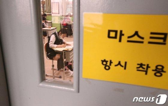 21일 부산 수영구 덕문여자고등학교 고3 학생들이 시험을 치르고 있다. /뉴스1 © News1 여주연 기자