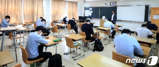 21일 전북 전주 호남제일고등학교에서 학생들이 거리를 두고 시험을 보고 있다./뉴스1 © News1 유경석 기자