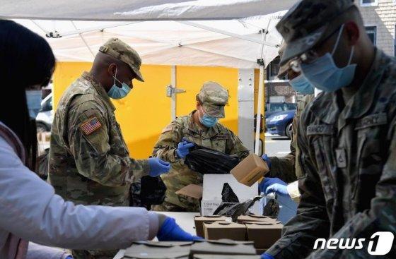 코로나19 팬데믹 상황 속 뉴욕 브루클린가의 푸드 팬트리에서 주방위군이 시민들에게 음식과 생필품을 나눠주고 있다. / 사진=AFP(뉴스1)