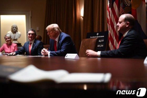 도널드 트럼프 미국 대통령이 13일(현지시간) 워싱턴 백악관에서 콜로라도, 노스다코타 주지사와 만나고 있다. / 사진=AFP(뉴스1)