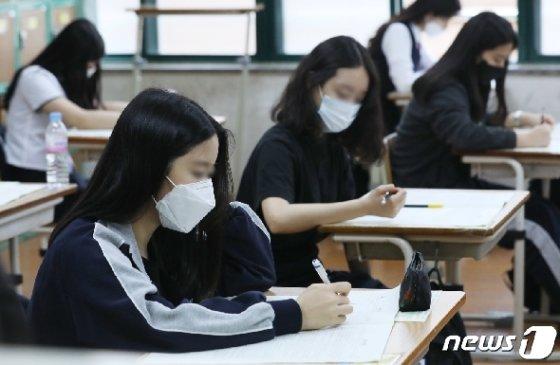 등교 수업 후 첫 전국연합학력평가가 치러진 21일 오전 울산 남구 문수고등학교에서 고3 학생들이 마스크를 쓰고 문제를 풀고 있다. 2020.5.21/뉴스1 © News1 윤일지 기자