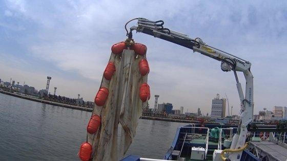 울산 앞바다에서 건져올린 '바다 쓰레기'. 오탁방지막이라는, 해양 공사시 쓰레기가 떠내려가는 걸 막기 위한 장비다. 물에 불은 쓰레기 무게가 500kg에 달한다./사진=입이 떡 벌어진 남형도 기자
