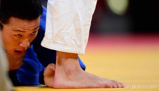 런던올림픽 남자 유도 73kg급 3-4위전 경기 도중 매트에 쓰러져 있는 왕기춘. /사진=런던올림픽사진공동취재단