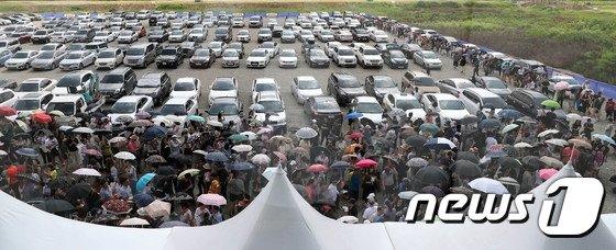 대전도시공사가 2018년 분양한 갑천3블록 트리풀시티 모델하우스에 관람객이 줄지어 있는 모습. /사진제공=뉴스1