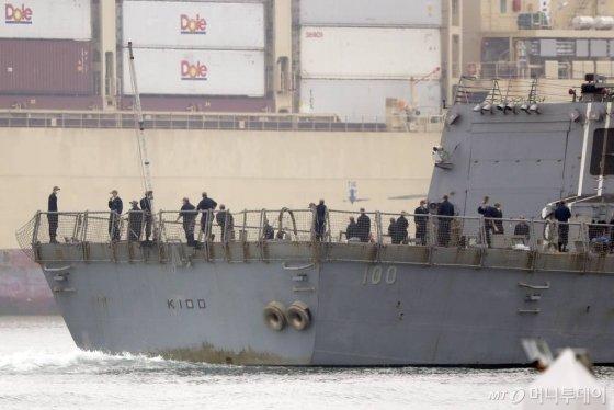 [샌디에고(미 캘리포니아주)=AP/뉴시스] 28일(현지시간) 미 해군 이지스 구축함 키드(USS Kidd)함이 캘리포니아주 샌디에고 모항에 도착한 가운데 승조원들이 갑판 위에 나와있다. 키드함 승조원 중 신종 코로나바이러스 감염증(코로나19) 확진자가 64명으로 늘었다. 2020.04.29