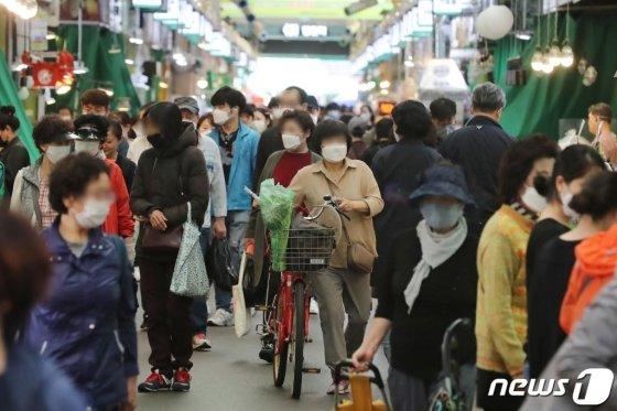 사진은 기사와 관계없음. 지난 19일 오후 서울의 한 전통시장에 긴급재난지원금을 사용하려는 시민들로 북적이고 있다. 정부의 긴급재난지원금은 지난주부터 신용·체크카드 등을 통해 지급되고 있다. 행정안전부는 지난 18일부터 읍면동 주민센터 등에서 긴급재난지원금 지역사랑상품권, 선불카드 신청을 받는다고 밝혔다./사진=뉴스1