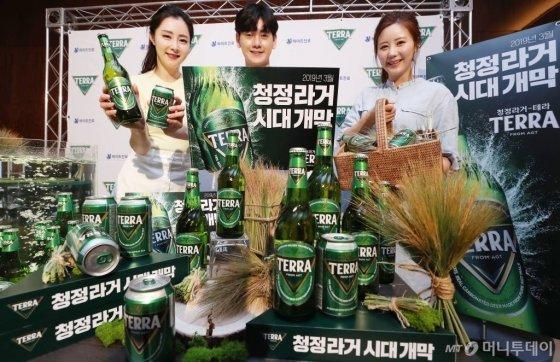 하이트진로가 13일 오전 서울 중구 웨스틴조선호텔에서 호주 청정지역 골든트라이앵글 지역의 맥아를 100% 사용한 맥주 신제품 '테라(TERRA)'를 선보이고 있다. /사진=김휘선 기자