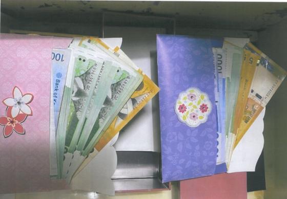 김정숙 전 나눔의 집 사무국장 개인 책상서 발견된 현금뭉치. 직원들은 이 돈이 현금 기부금이라고 추정하고 있다. /사진=고발장 갈무리.