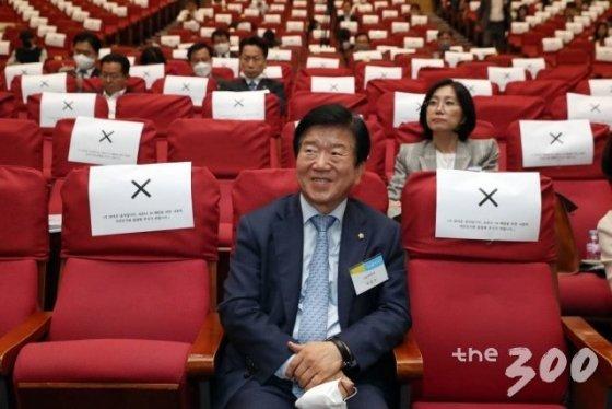 21대 국회의장으로 확정된 박병석 더불어민주당 의원이 21일 서울 여의도 국회 의원회관 대회의실에서 열린 머니투데이 주최 새로운 21대 국회를 위한 '대한민국4.0포럼'에 참석해 자리하고 있다.