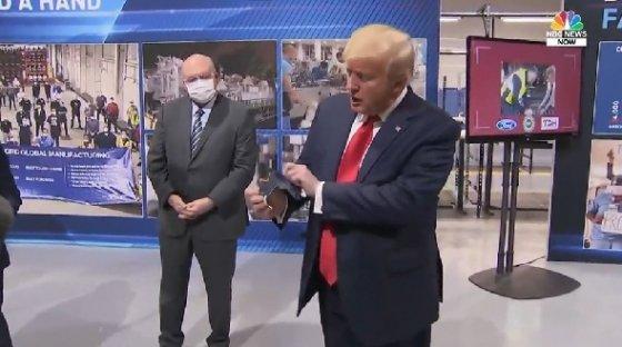 자신이 썼던 마스크를 꺼내 보이는 도널드 트럼프 대통령 <NBC뉴스 영상 캡처>