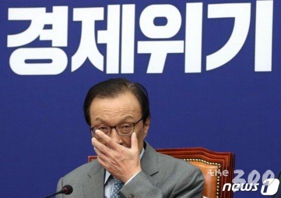(서울=뉴스1) 박세연 기자 = 이해찬 더불어민주당 대표가 22일 오전 서울 여의도 국회에서 열린 최고위원회의에서 모두발언을 마치고 안경을 고쳐쓰고 있다.   이 대표는 모두발언에서 '꼼수정당 미래한국당과는 어떠한 협상도 하지 않을 것'이라고 밝혔다. 2020.5.22/뉴스1