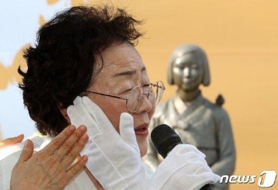 2018년 세계 일본군 위안부 기림일을 하루 앞둔 8월13일 오후 경기도 성남시청 광장에서 열린 일본군 위안부 피해자 기림의 날 기념식에서 참석했던 인권운동가 이용수 할머니 © News1 조태형 기자