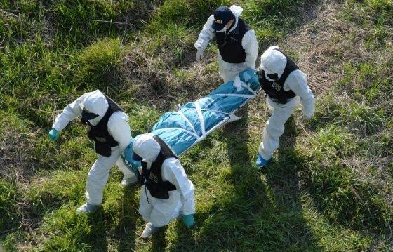 전주 실종 여성 시체를 수습하는 경찰 관계자들의 모습. 최신종은 이 여성을 살해한 혐의를 받고 있다./사진=뉴시스