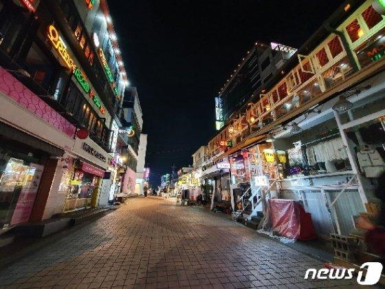22일 밤 10시께 홍익대 앞 '젊음의 거리'의 한산한 모습 © 뉴스1 황덕현 기자