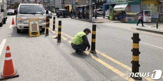 전주 반월동 스쿨존 2세 아동 사망사고 현장. 중앙분리대가 없던 불법유턴 지점에 사고 뒤 중앙분리대가 설치되고 있다. /사진=뉴스1