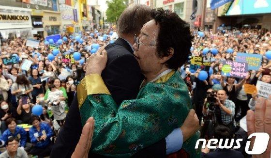 문재인 대통령(당시 더불어민주당 대선후보)이 지난 2017년  대구 중구 동성로 대구백화점 앞 광장에서 열렸던 유세현장에서 이용수 할머니와 포옹을 하고 있다.  © News1 허경 기자