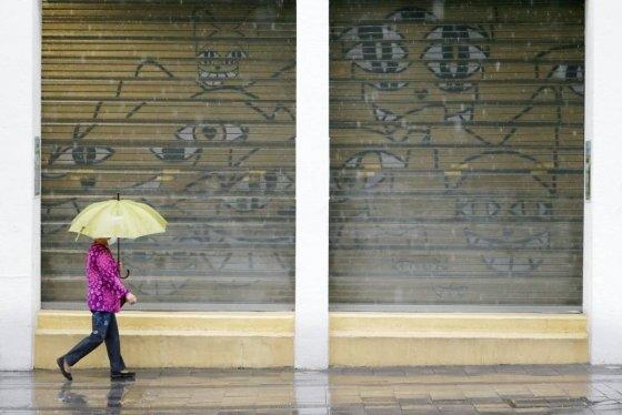 지난 19일 서울 홍대거리에서 한 시민이 우산을 쓰고 걸어가고 있는 모습./사진=뉴시스
