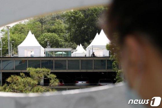 지난 20일 오전 서울 강남구 삼성서울병원 야외주차장 옥상에 마련된 코로나19 검사소에서 의료진이 분주히 움직이는 모습./사진=뉴스1