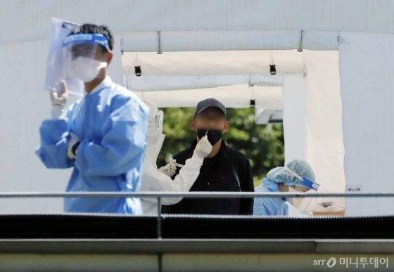 [서울=뉴시스] 최동준 기자 = 20일 서울 강남구 삼성서울병원 선별진료소에서 의료진이 신종 코로나바이러스 감염증(코로나19) 검체를 채취하고 있다. 간호사 4명이 확진판정을 받은 삼성병원에서는 추가 감염자가 나오지 않았다. 2020.05.20.    photocdj@newsis.com