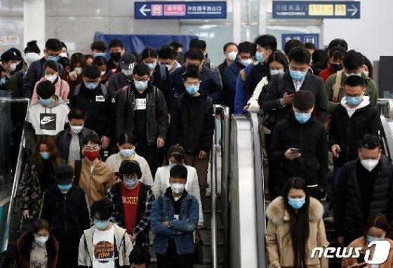7일(현지시간) 코로나19 확산이 진정되는 중국 베이징 지하철역의 출근시간에 마스크를 쓴 많은 시민들이 에스컬레이터를 타고 있다. © 로이터=뉴스1 © News1 우동명 기자