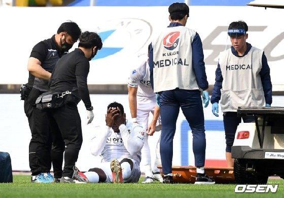 전반 18분 부상으로 고통을 호소하고 있는 인천 케힌데(왼쪽에서 세 번째). /사진=한국프로축구연맹 제공