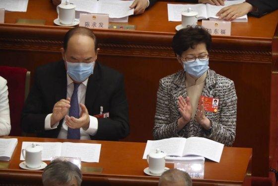 22일 중국 베이징 인민대회당에서 중국 최대 정치 행사인 전국인민대표회의(전인대)가 열리고 있는 가운데 캐리 람 홍콩 행정장관(오른쪽)이 신종 코로나바이러스 감염증(코로나19)을 막기 위해 마스크를 쓴 채 박수를 치고 있다.