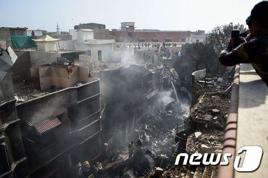 파키스탄 남부 도시 카라치 여객기 추락사고 현장. © AFP=뉴스1