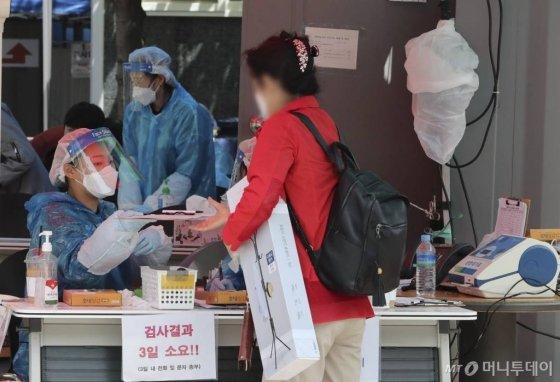 [서울=뉴시스]최진석 기자 = 20일 서울 영등포구보건소 선별진료소를 찾은 시민이 신종 코로나바이러스 감염증(코로나19) 검사를 위해 대기하고 있다. 2020.05.20.   myjs@newsis.com