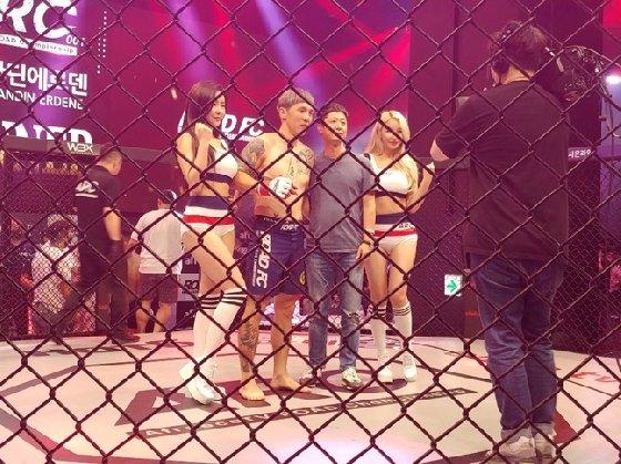 1라운드 TKO승을 따낸 난딘 에르덴(왼쪽 두 번째). /사진=김동영 기자<br /> <br />