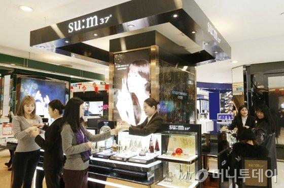 중국 상하이 지우광백화점의 LG생활건강 '숨37' 매장을 방문한 고객들이 제품을 살펴보고 있는 모습_17.2 / 사진제공=LG생활건강