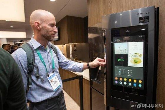미국 라스베이거스에서 열리는 세계 최대 전자 전시회 CES 2020 개막일인 1월7일(현지시간) 삼성전자 전시관에서 관람객들이 '패밀리허브'를 체험하고 있다/사진제공=삼성전자