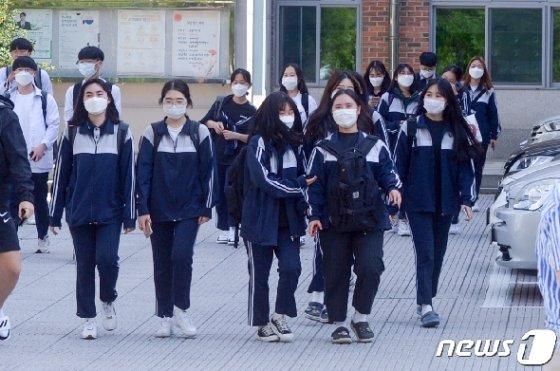 고등학교 3학년 학생들의 등교가 시작된 지난 20일 오후 광주 광산구 장덕고등학교에서 이 학교 3학년생들이 하교하고 있다. 2020.5.20/뉴스1 © News1 한산 기자