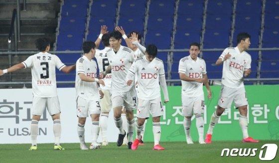 부산 선수들이 이정협의 선취골에 세리머니를 펼치고 있다. /사진=뉴스1