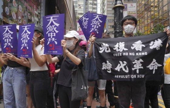 """[홍콩=AP/뉴시스] 홍콩 시내 중심가에서 5월24일 시위 참가자 수백명이 """"광복 홍콩"""" """"시대혁명""""이라고 쓴 플래카드를 들고 중국의 홍콩 국가보안법 제정에 반대하는 시위를 벌이고 있다.  2020.05.24"""
