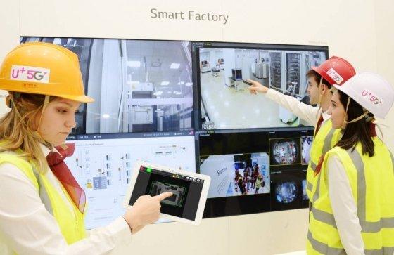 LG유플러스는 25일 스페인 바르셀로나에서 열리는 'MWC(Mobile World Congress) 2019'에서 LG전자, LG CNS와 손잡고 5G망 기반의 스마트 팩토리 서비스를 공개했다. MWC 현지와 경기도 평택에 위치한 LG전자 소재/생산기술원 금형 기술 센터를 연결해 물류작업 및 환경 모니터링의 원격화·무인화 기술을 소개했다./사진=LG유플러스