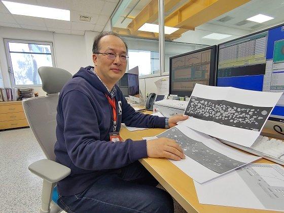 이기욱 KBSI 박사가 유리원형판에 놓여진 시료가 정렬된 모습을 보여주고 있다/사진=류준영 기자